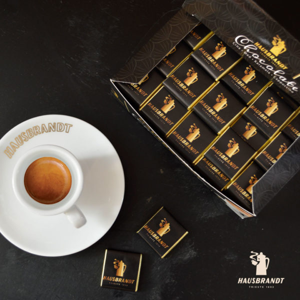 Hausbrandt crna čokoladica odlično se slaže uz ristretto, espresso ili cappuccino. Ne menja ukus kafe za dodatnu dozu hedonizma. Uživanje u kafi.