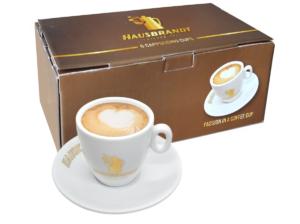 Hausbrandt veće cappuccino šoljice za kafu. Porcelanske šoljice koje dobro izoluju espreso i čuvaju njegove karakteristike do konzumacije. Debelo dno i zidovi šoljice zadržavaju toplotu espresa. Bele šoljice za kafu odišu elegancijom i ističu braon tonove kafe.
