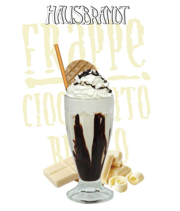 Hausbrandt frappe prašak za pripremanje hladnog napitka sa ukusom bele čokolade. Milk shake bela čokolada. Priprema sa mlekom u blenderu. Slatki, ledeni, kremasti i osvežavajući napitak. Milk šejk u čaši sa šlagom i topingom.